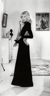 « Le grand blond avec une chaussure noire », 1972, Mireille Darc portant une robe signée Guy Laroche appartenant au musée des Arts décoratifs, Paris © Bridgeman images